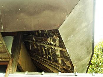 缶詰屋根は茅葺き屋根のタイムカプセル?