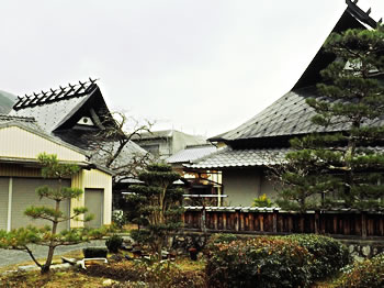 これも近くのお屋敷に2棟。右上とほぼ同じフォルムだが、色で印象が異なる。